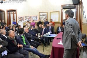 Domenico MESSINA interpella il collega Francesco BONACCORSO sulla gestualità da adottare per segnalare il vantaggio