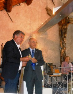 Consoli dà dono a fondatore comunità Aldo Bertelle