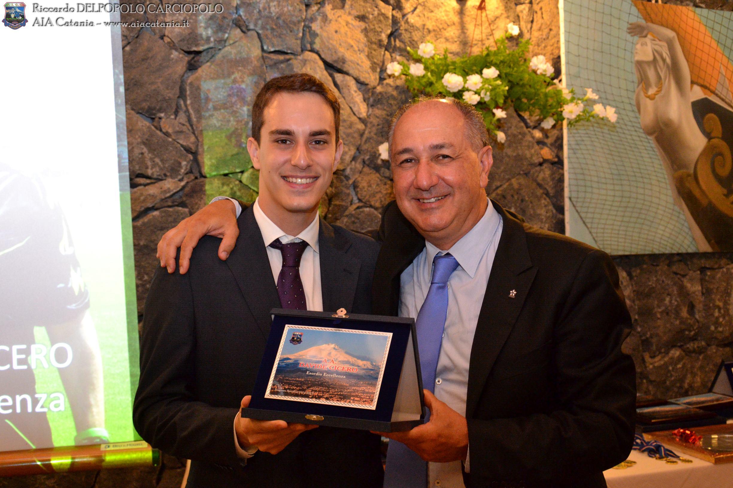 A.A. Davide CICERO premiato per l'esordio in Eccellenza dall'A.B. Andrea BATTAGLIA, Presidente della sezione di Ragusa.
