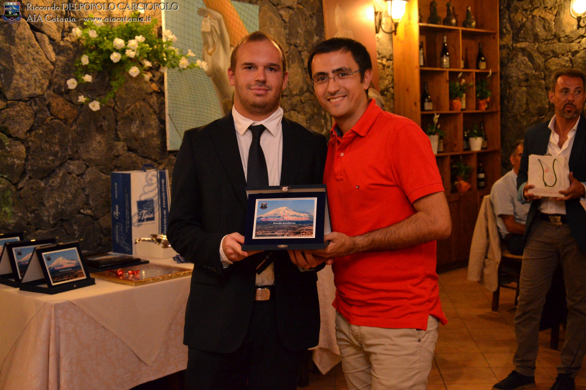 A.A. Gianluca VIGLIANESI premiato per l'esordio in Eccellenza da Francesco D'ANNA, Presidente della sezione di Barcellona Pozzo di Gotto.