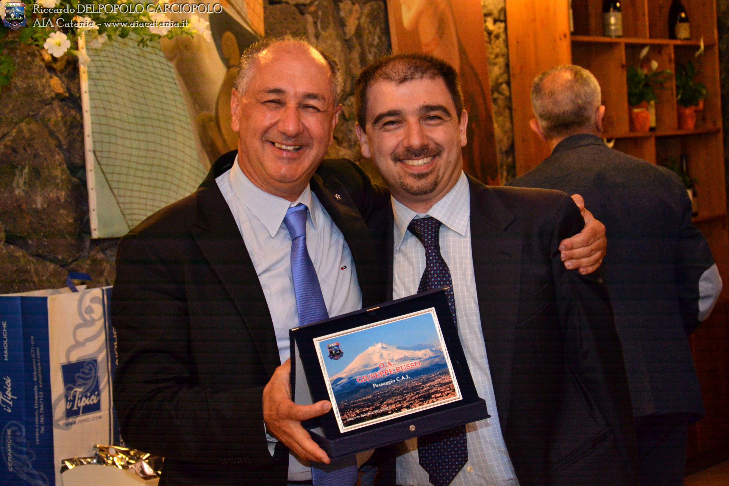 O.A. Giuseppe RUSSO premiato per il transito C.A.I. da Andrea BATTAGLIA, Presidente della sezione di Ragusa.