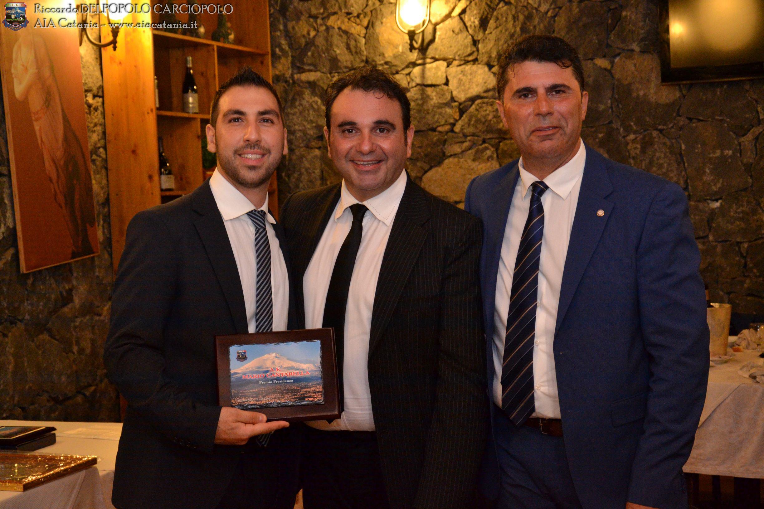 A.E. Mario CANTARELLA premiato col Premio presidenza AE OTS da Luciano NICOLOSI, responsabile corso arbitri AIA Catania.