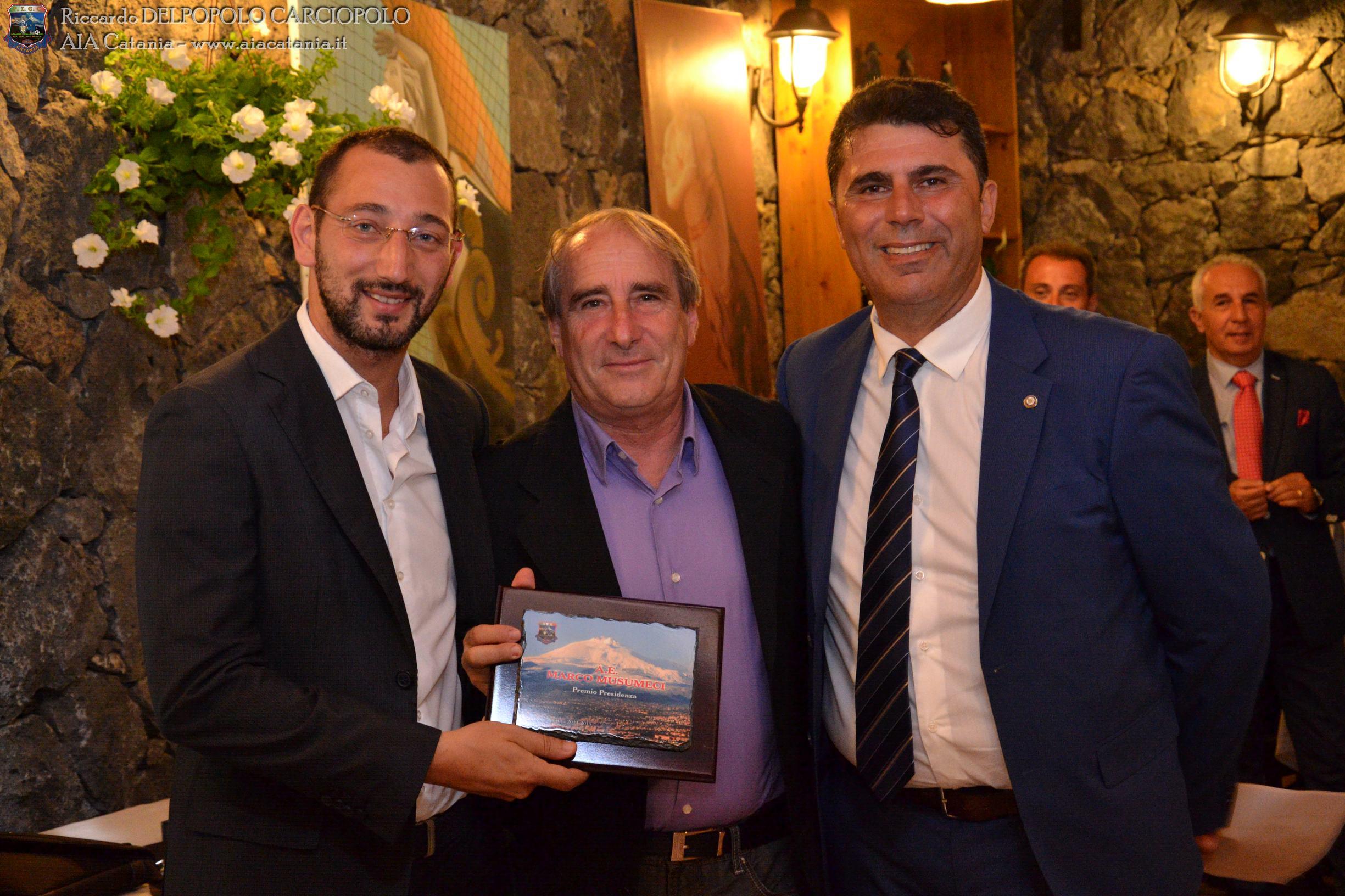 A.E. C5 Marco MUSUMECI premiato col Premio presidenza AE C5 da Carmelo PERGOLIZZI, delegato provinciale FIGC Catania.