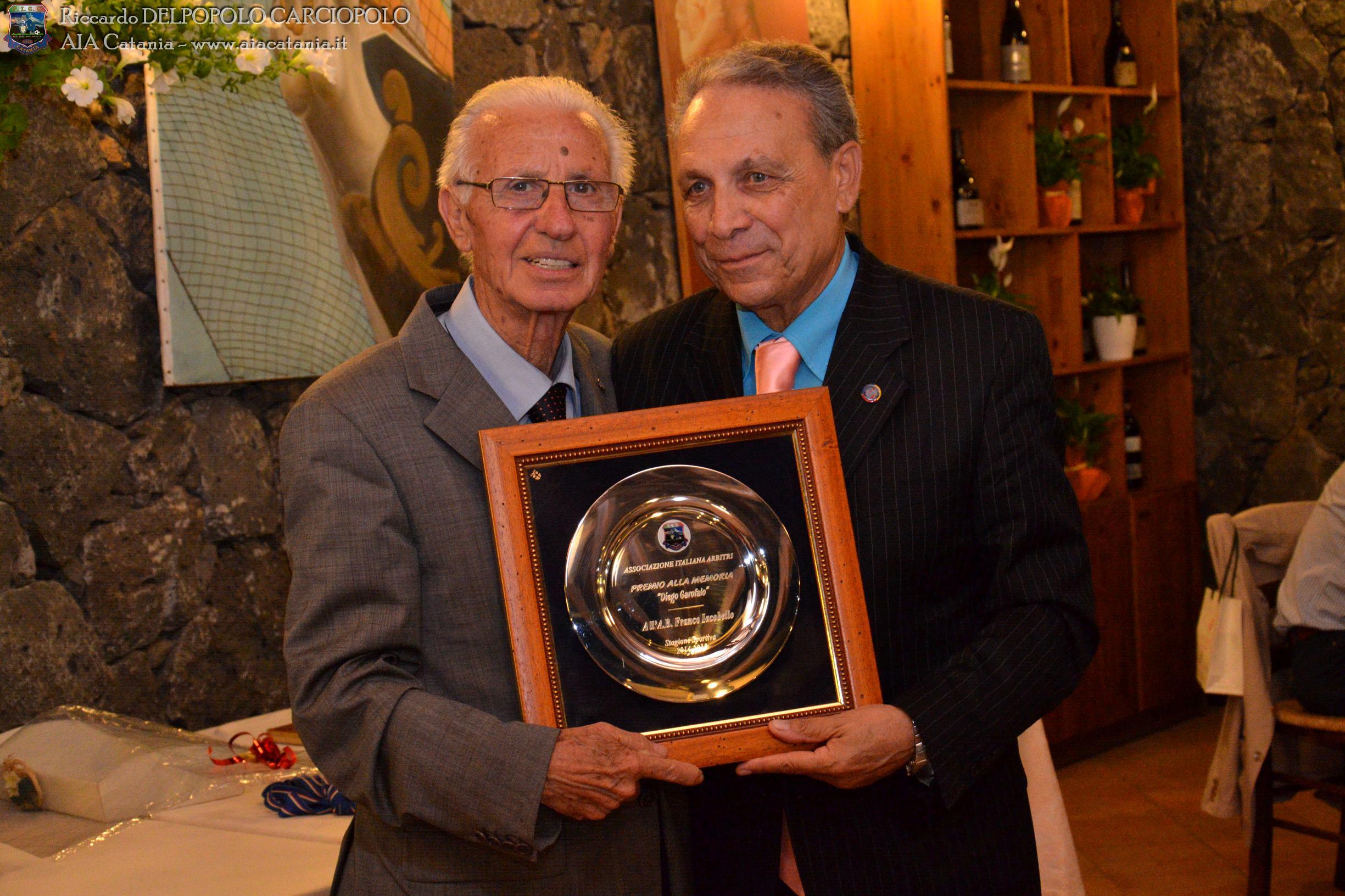 A.B. Francesco IACOBELLO premiato col Premio Diego GAROFALO dal A.B. Rag. Ugo VITTORIA.