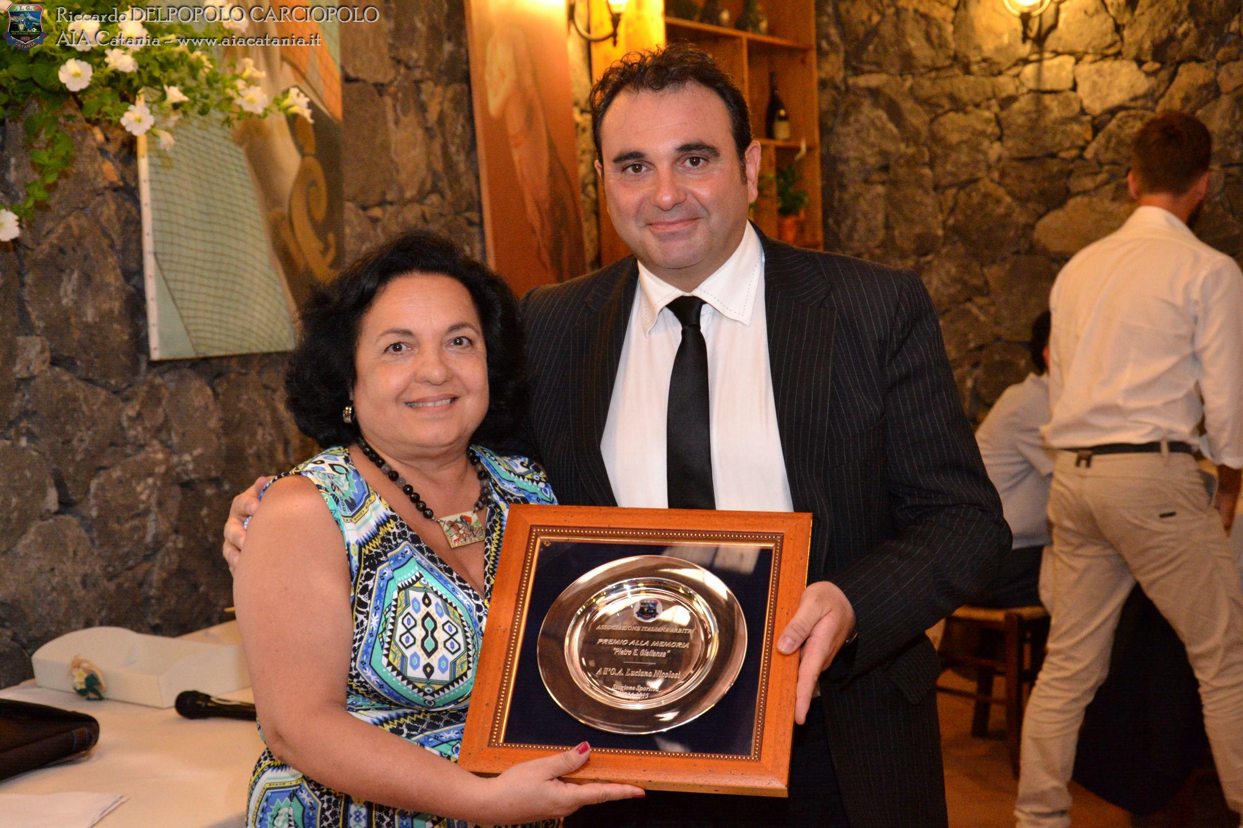O.A. Luciano NICOLOSI premiato col Premio GIALLANZA da Felicia MUSUMECI moglie del compianto Pietro GIALLANZA.